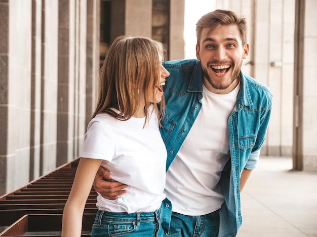 Portret van lachende mooi meisje en haar knappe vriendje. vrouw in casual zomer jeans kleding.