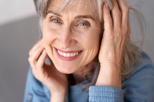 Portret van lachende senior vrouw