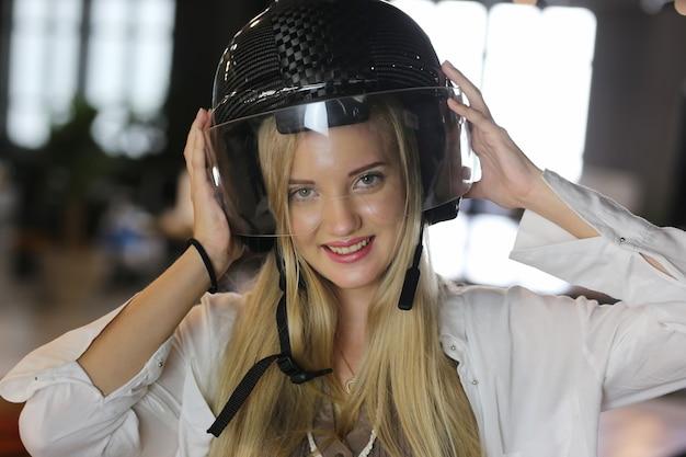 Portret van lachende vrouw met helm.