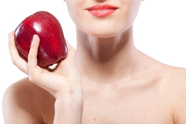 Portret van lachende vrouw met rode appel geïsoleerd op wit
