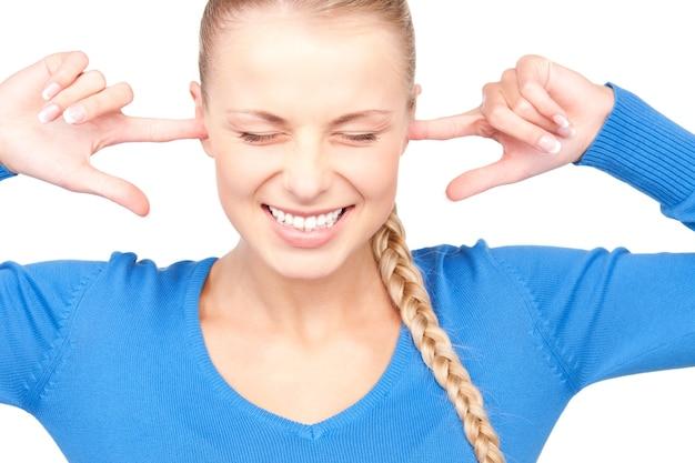 Portret van lachende vrouw met vingers in oren