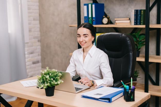Portret van lachende vrouw op kantoor werkplek