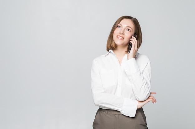 Portret van lachende zakelijke vrouw telefoon praten, geïsoleerd op wit