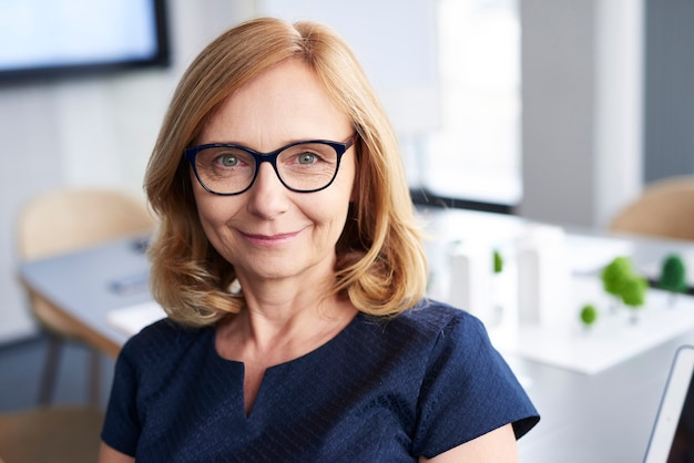 Portret van lachende zakenvrouw op kantoor