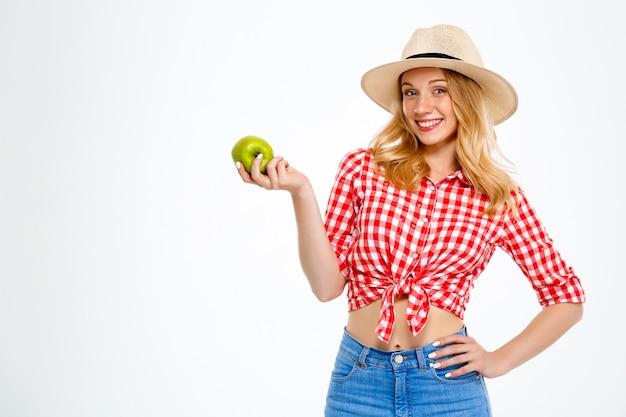 Portret van landvrouw met appel op wit.