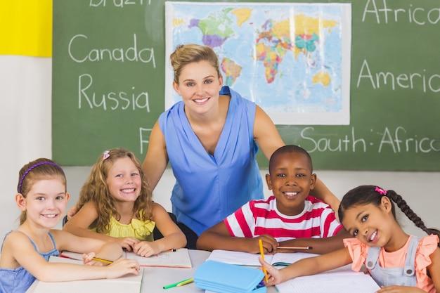 Portret van leraar en kinderen in de klas