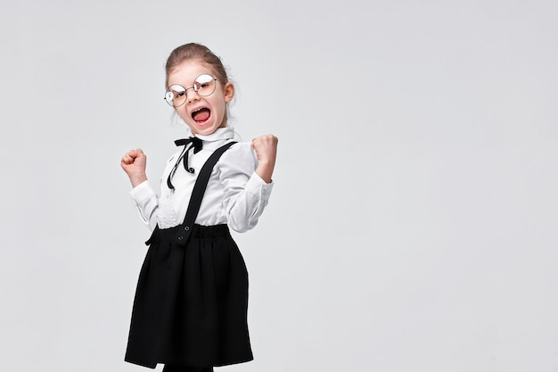 Portret van leuk charmant schattig meisje in schooluniform
