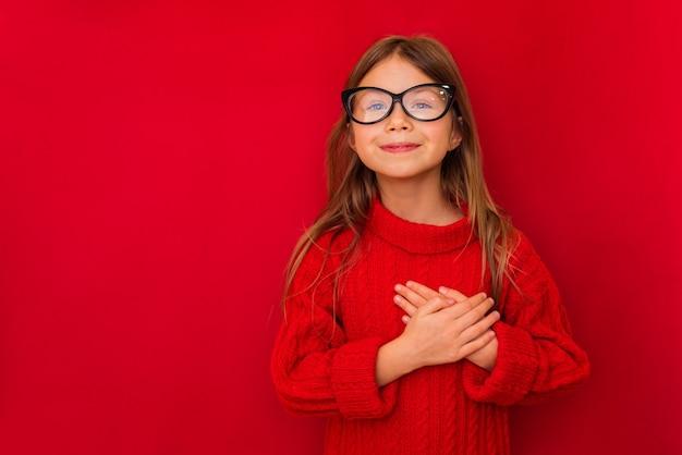 Portret van leuk glimlachend meisje die tekens met haar handen tonen