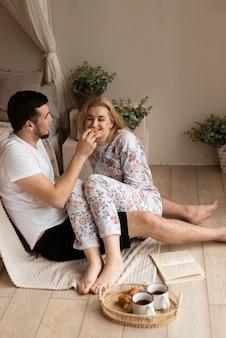 Portret van leuk jong paar dat ontbijt heeft
