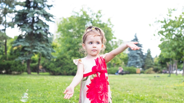 Portret van leuk meisje dat zich in de tuin bevindt
