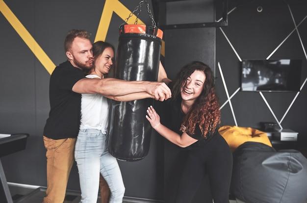 Portret van leuke boksers gekleed in spijkerbroek en t-shirts in het speelcentrum.