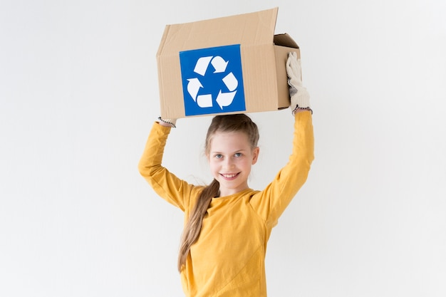Portret van leuke meisjesholding recyclingsdoos