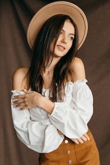 Portret van leuke tiener onder de indruk korting geïsoleerde bruine achtergrond. hoge kwaliteit foto