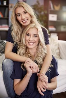 Portret van liefdevolle zusters Gratis Foto