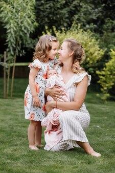 Portret van liefhebbende moeder en twee schattige kinderen.