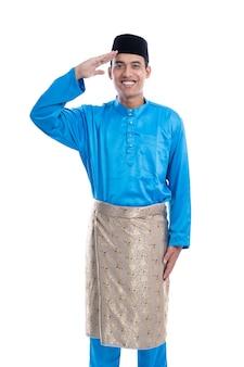 Portret van maleisische man met groet gebaar op witte achtergrond