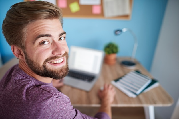 Portret van man aan het werk op de computer
