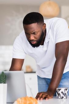 Portret van man aan het werk vanuit huis