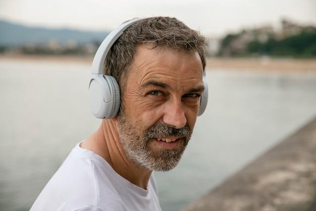 Portret van man die naar muziek luistert
