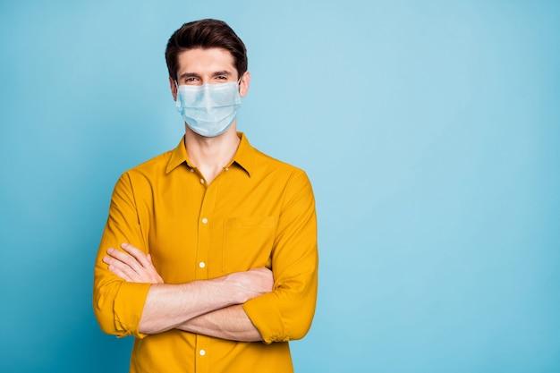 Portret van man handen gevouwen draag veiligheidsmasker kopieer ruimte hygiëne gezondheidszorg stop griep