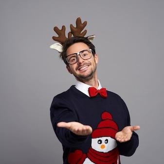 Portret van man in kerstkleren met handpalm