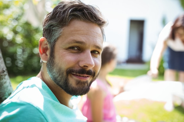 Portret van man in tuin