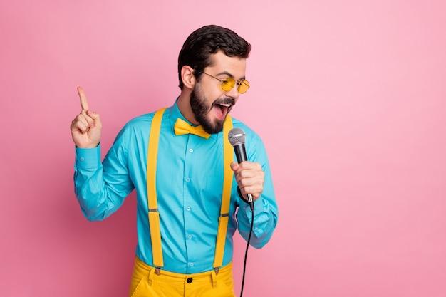 Portret van man mc zingen karaoke genieten van muziek hold mic