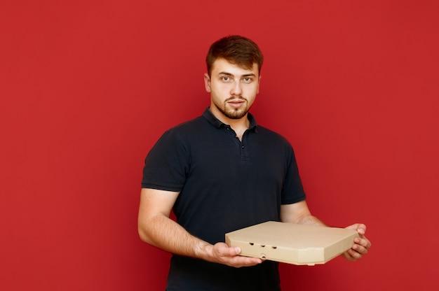 Portret van man met baard met doos pizza in zijn handen