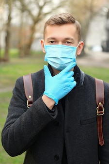 Portret van man met een beschermend masker.