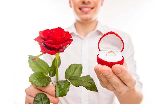 Portret van man met een rode roos en trouwring