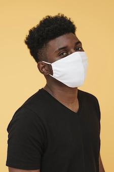 Portret van man met gezichtsmasker
