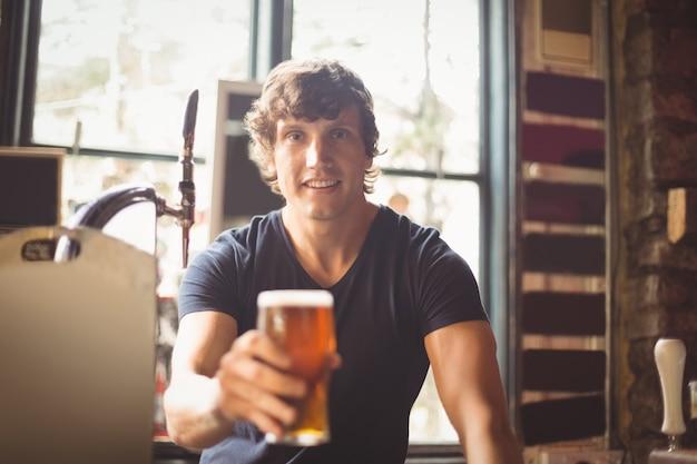 Portret van man met glas bier