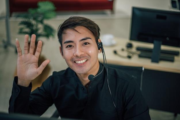 Portret van man met hoofdtelefoon glimlachend en camera kijken Premium Foto