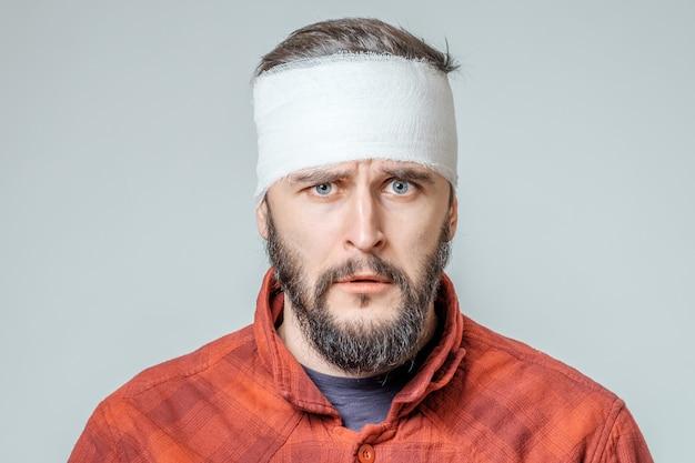 Portret van man met pleister