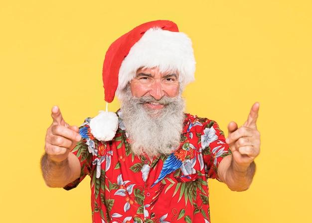 Portret van man met tropisch en kerstmisconcept