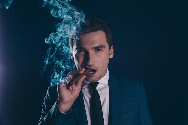 Portret van man rokend weg bedrijf sigaar close-up