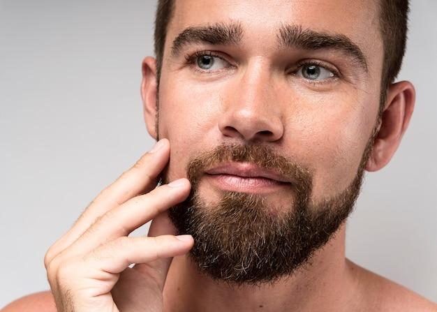 Portret van man wegkijken close-up
