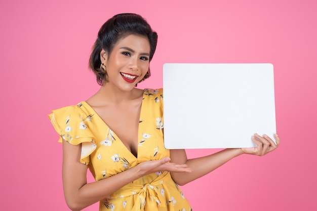 Portret van maniervrouw die witte banner toont