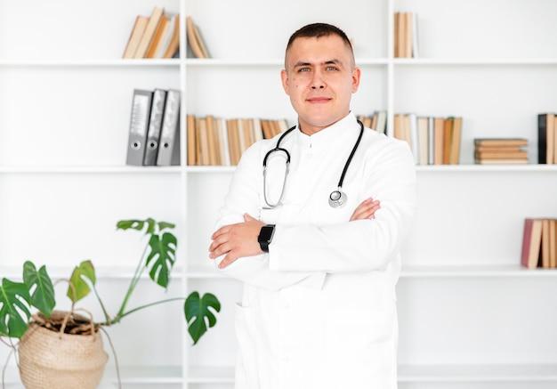 Portret van mannelijke arts die fotograaf bekijkt