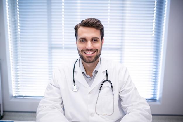 Portret van mannelijke arts