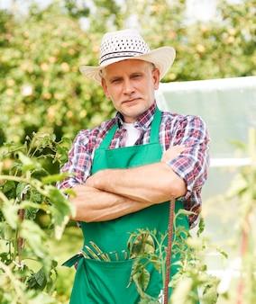 Portret van mannelijke boer op veld