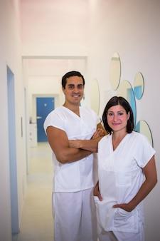 Portret van mannelijke en vrouwelijke tandarts glimlachen