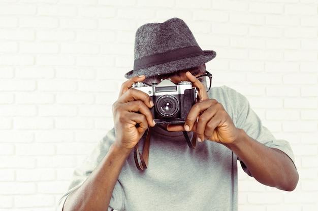 Portret van mannelijke fotograaf met camera
