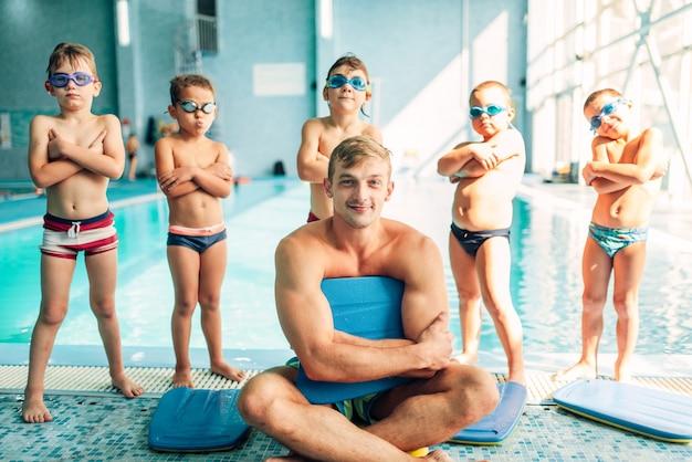 Portret van mannelijke instructeur met kinderen