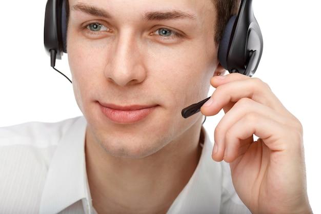 Portret van mannelijke klantenservice spreken met balhoofdstel