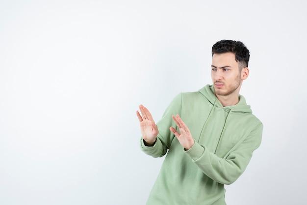 Portret van mannelijke knappe man in hoodie wegblijven van iets.