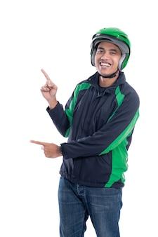 Portret van mannelijke motortaxichauffeur of ruiter met zijn uniform presenteren om ruimte geïsoleerd op witte achtergrond te kopiëren