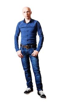 Portret van mannen van middelbare leeftijd in jeans en overhemd