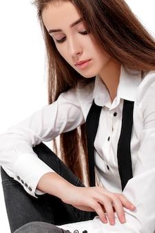 Portret van mannequin in wit overhemd en stropdas geïsoleerd op een witte achtergrond