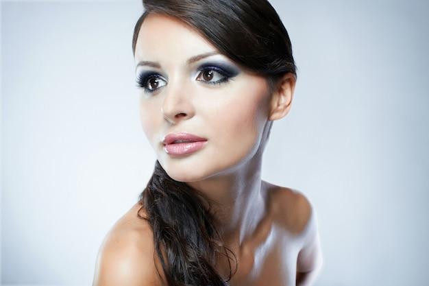 Portret van mannequin met schoonheids heldere samenstelling